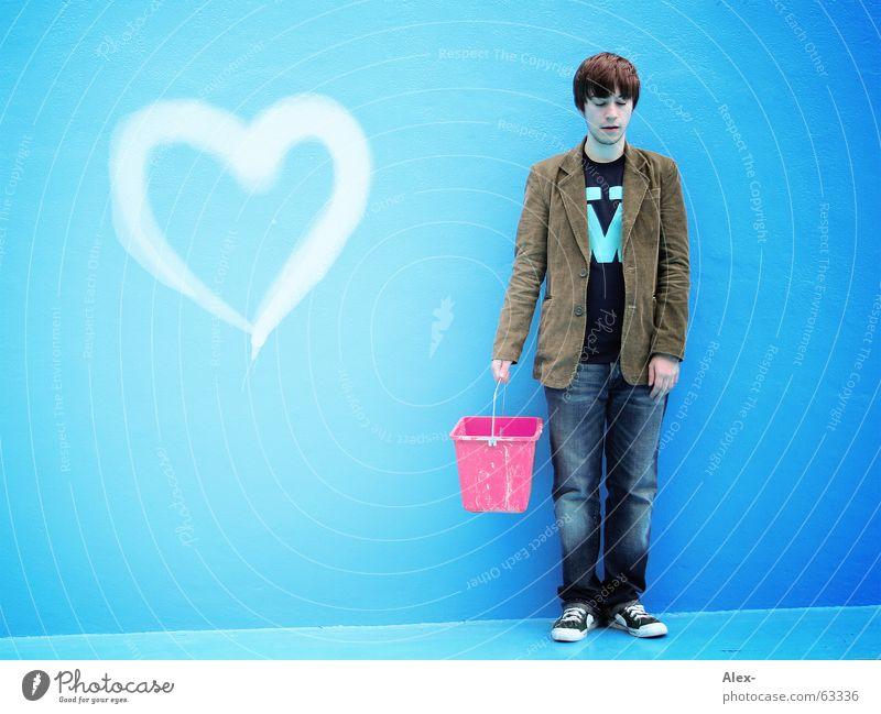 Amor war ein schlechter Maler Mann stehen Jacke Suche Eimer rosa Schwimmbad Trauer Einsamkeit Herz Liebe kordjacke cordjacke streichen grafitti blau Traurigkeit