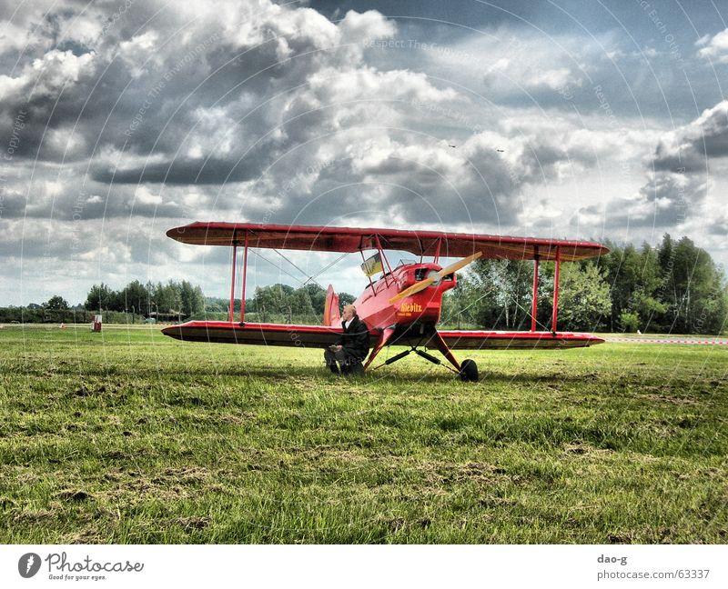 er und sein flugzeug alt Himmel rot Wolken Wiese Flugzeug fliegen Pilot Doppeldecker-Bus