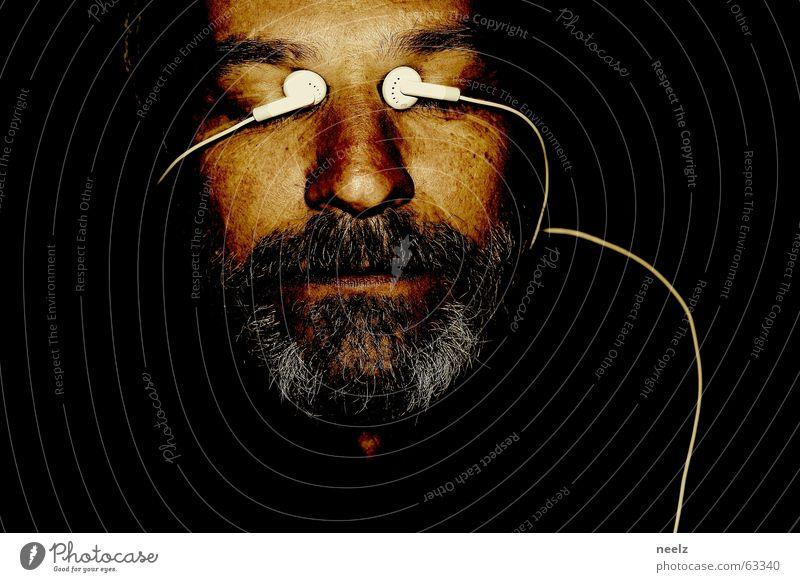 interface Porträt Kopfhörer dunkel hören weiß schwarz Bart grau Gesicht Auge Blick Kabel MP3-Player