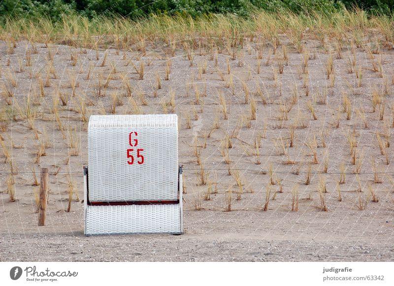 G 55 Buchstaben Ziffern & Zahlen Schablonenschrift Typographie rot weiß Strand Ferien & Urlaub & Reisen Strandkorb Gras aufgereiht Luft ruhig Pflanze geflochten