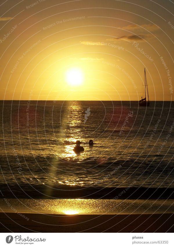 Erleuchtung Erkenntnis Sonnenuntergang Sonnenaufgang Licht Meer See Strand Reflexion & Spiegelung Beleuchtung Wasserfahrzeug Wolken Horizont Wellen gelb weiß