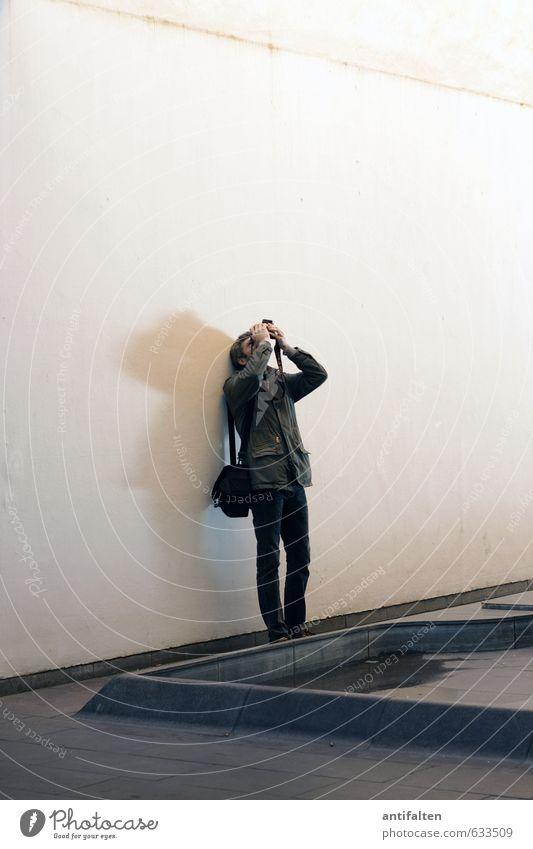 work in progress Mensch Mann weiß Hand Freude Erwachsene Wand Mauer grau Stein natürlich Kopf Beine braun maskulin Fassade
