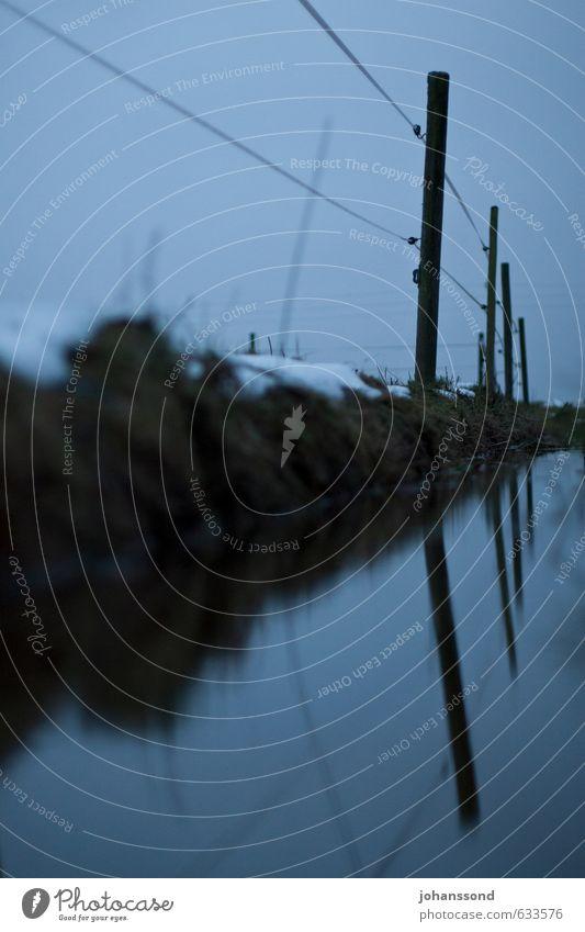 Abgrenzung Landschaft Wasser Winter Nebel Wiese Bach Zaun Zaunpfahl bedrohlich dunkel blau grau Schutz Einsamkeit Ende kalt Krise Traurigkeit Unlust Verbote