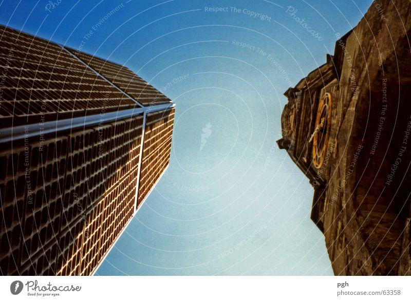 Wer kommt höher hinauf? Hochhaus braun Kontrast alt neu Religion & Glaube Himmel blau Berlin verschiedene ansichten Gebäude Architektur