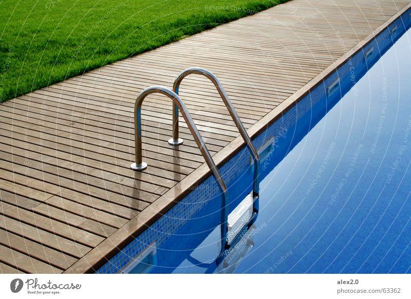 La Piscina Wasser grün blau ruhig Einsamkeit Erholung Gras Holz braun Treppe Rasen Schwimmbad Hotel Steg Spanien Leiter