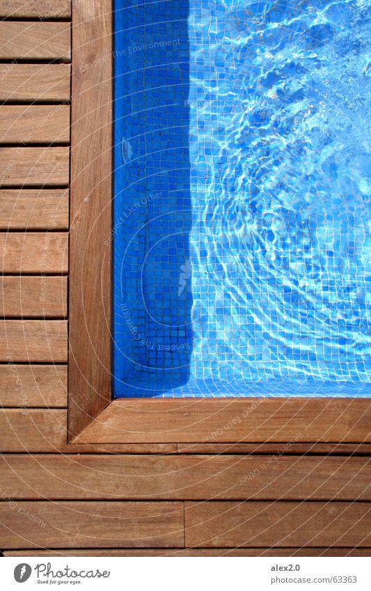 Poolecke Wasser blau ruhig Einsamkeit Erholung Holz braun Treppe Ecke Schwimmbad Hotel Steg Spanien Leiter Holzbrett harmonisch