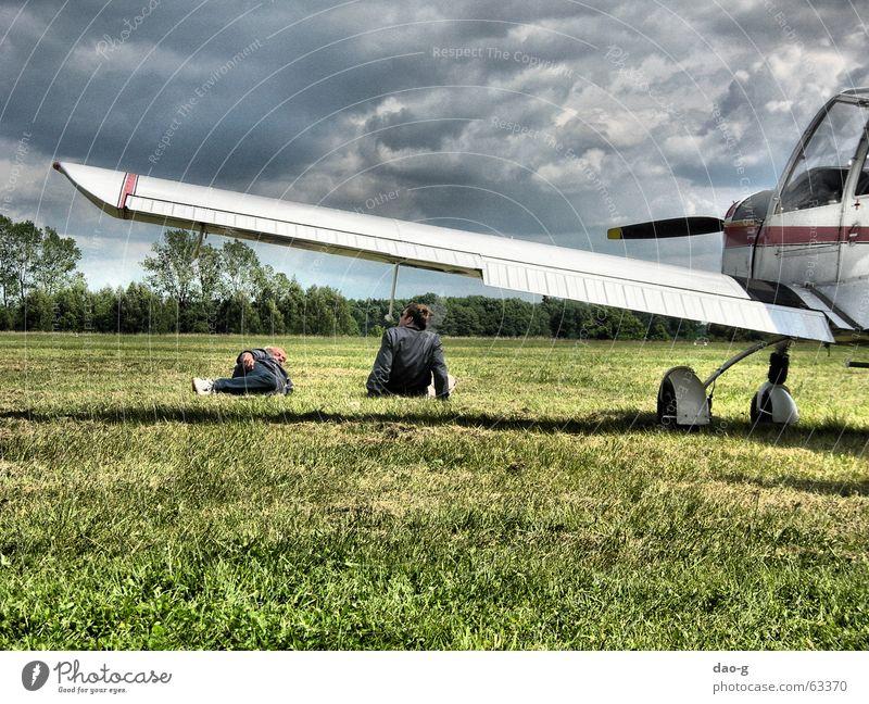 pausieren Flugzeug Wiese Mann Freundschaft sprechen Pause Wolken liegen Himmel