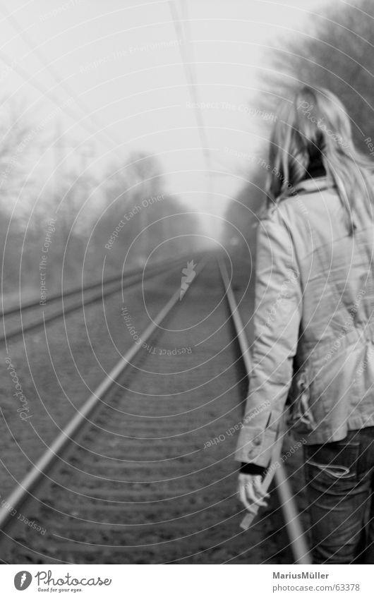 christiane Gleise Einsamkeit Trauer Selbstmord Liebeskummer Schwarzweißfoto ruhig Zufriedenheit Eisenbahn Rücken Elektrizität Bahnhof Frau blondes mädchen