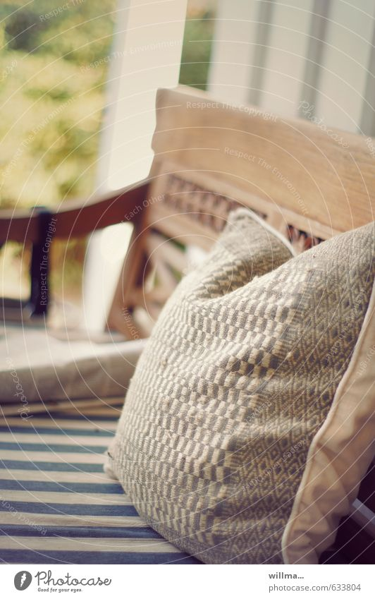Bankzulage - Kissen auf einer Gartenbank Häusliches Leben Schönes Wetter Zeitung Erholung Freizeit & Hobby Nostalgie antik gestreift Ruhepunkt Ruhemöbel