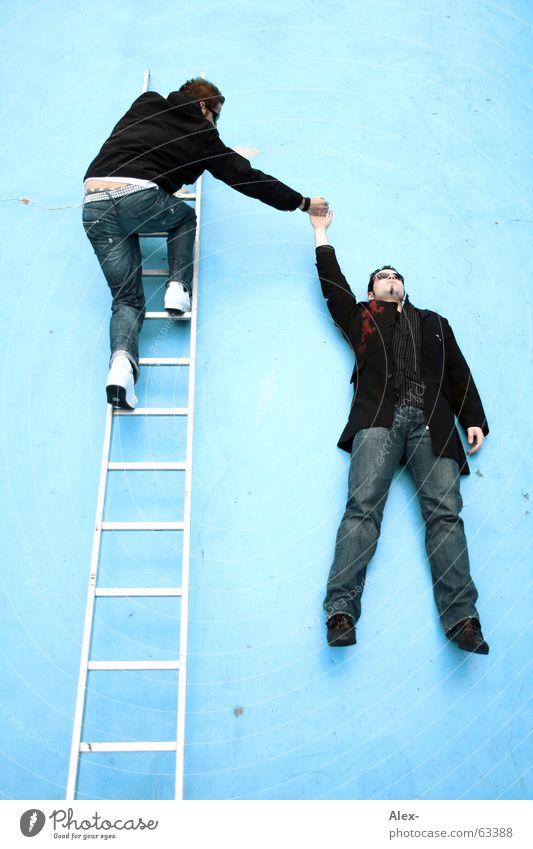 An mir bleibt wieder alles hängen Mann Jugendliche blau Freude Liebe Leben Kunst lustig Kraft Treppe Schwimmbad fallen festhalten Fitness stark
