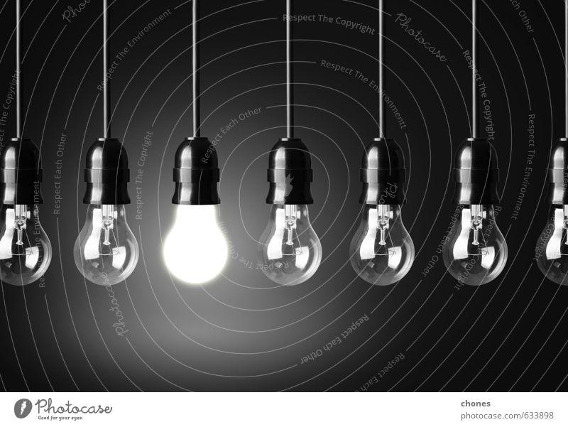 Ideenkonzept auf schwarzem Hintergrund Design Lampe Technik & Technologie hell Energie Kreativität Entwurf Fotografie elektrisch Innovation erleuchten Kraft
