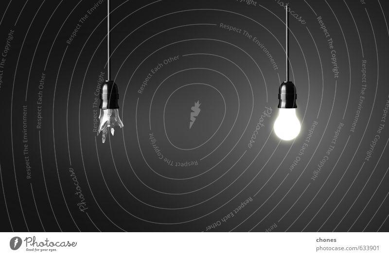 Eine kaputte und eine glühende Glühbirne Design Lampe Technik & Technologie Industrie hell grün schwarz weiß Energie Idee Kreativität Hintergrund Pause Knolle