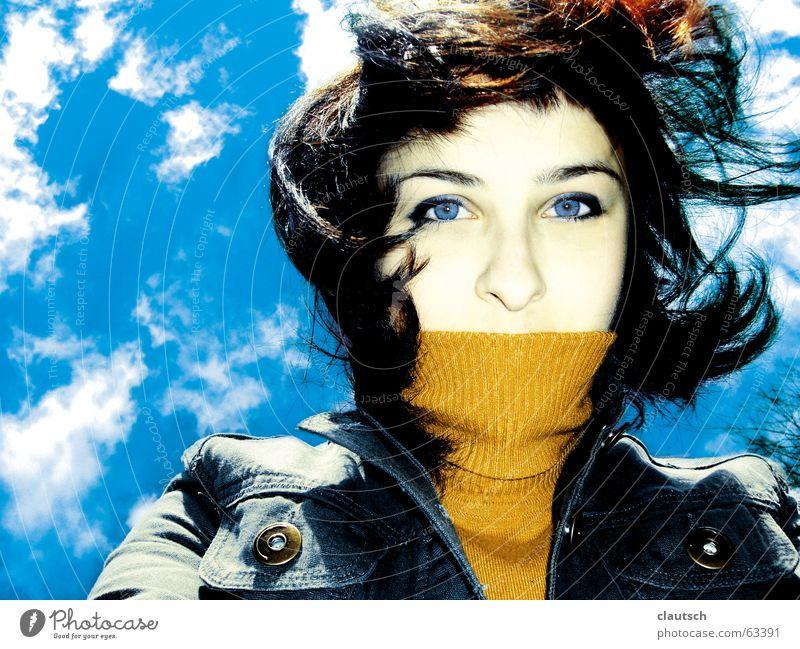 feeeeel the wind Wind Sturm Sommer springen Himmel verweht Wolken Rollkragenpullover Frau storm sky blau blue wehen Haare & Frisuren Blick
