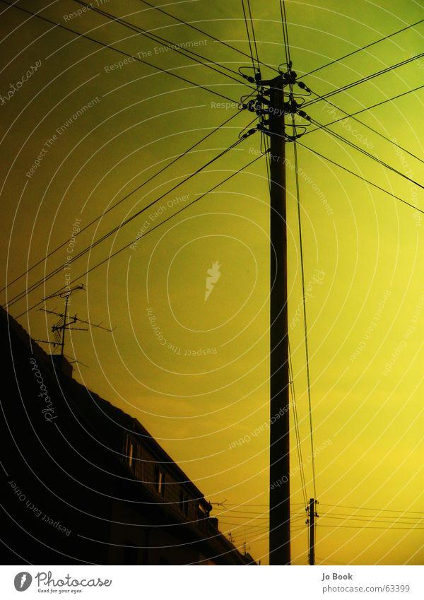 UrbaNetwork Elektrizität Haus Infrastruktur Baum Strommast elektronisch Himmel Antenne Netzwerk Leitung electro sky electricity line Kabel cable Verbindung