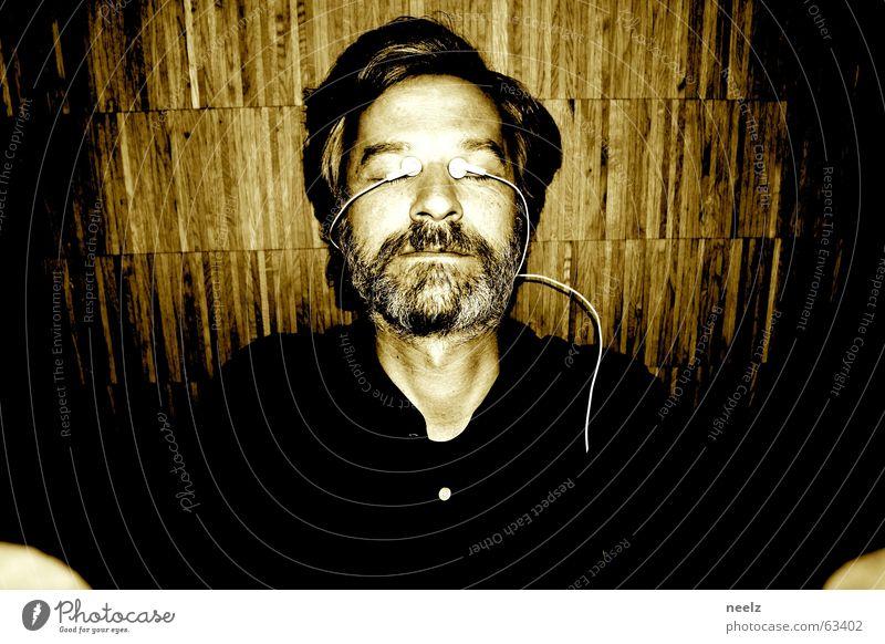 eye-pod-meditation braun Porträt Holz hören genießen träumen MP3-Player weiß Meditation ruhig Auge Bodenbelag Blick Musik liegen