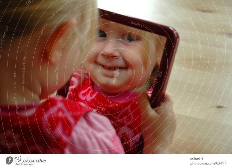 siehst du mich? Kind Mädchen rot lachen rosa süß Spiegel grinsen