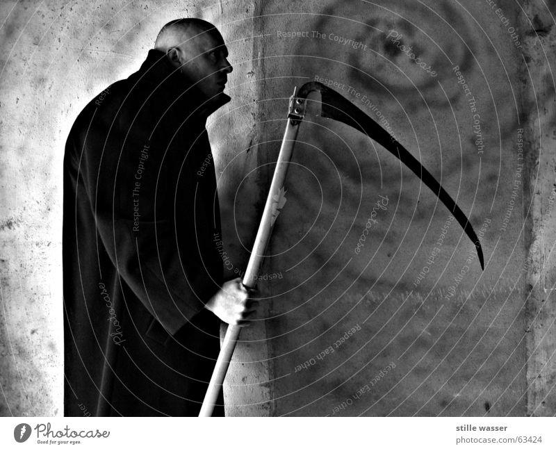 SENSENMANN Scharfrichter Mantel kalt Sense skurril Nosferatu Dracula Vampir Glatze Sensenmann Angst Panik gefährlich obskur Tod Schwarzweißfoto und und und