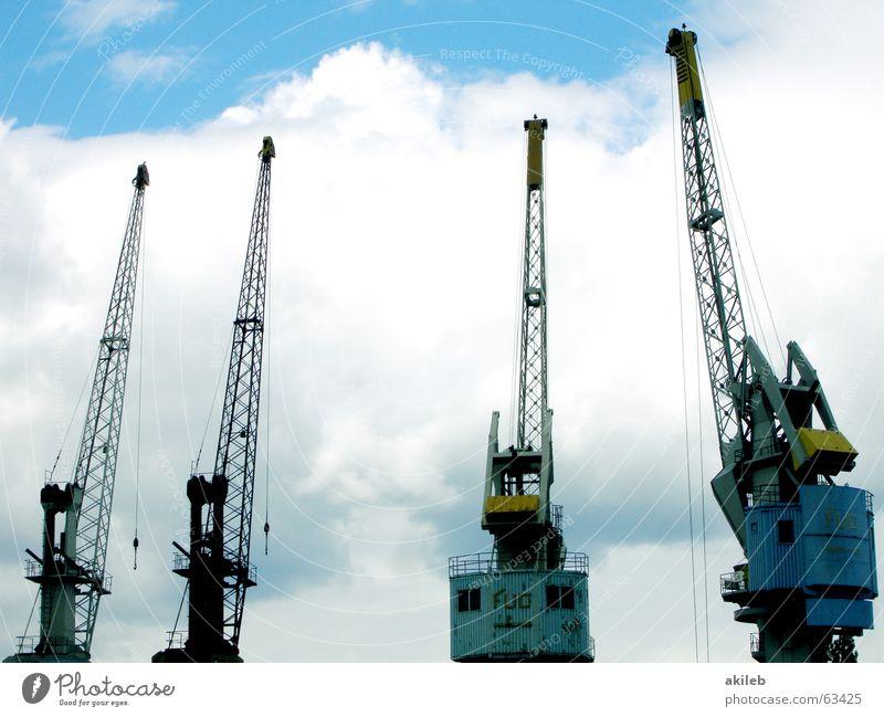 4 Kräne Himmel weiß blau Wolken gelb Stahl Gewicht Kran Produktion Schiffswerft