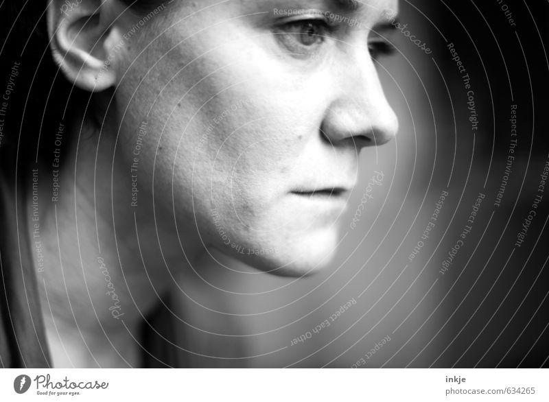 Nahaufnahme trauriges Frauenportrait im Profil Lifestyle Erwachsene Leben Gesicht 1 Mensch 30-45 Jahre träumen Traurigkeit grau Gefühle Stimmung Sorge Trauer