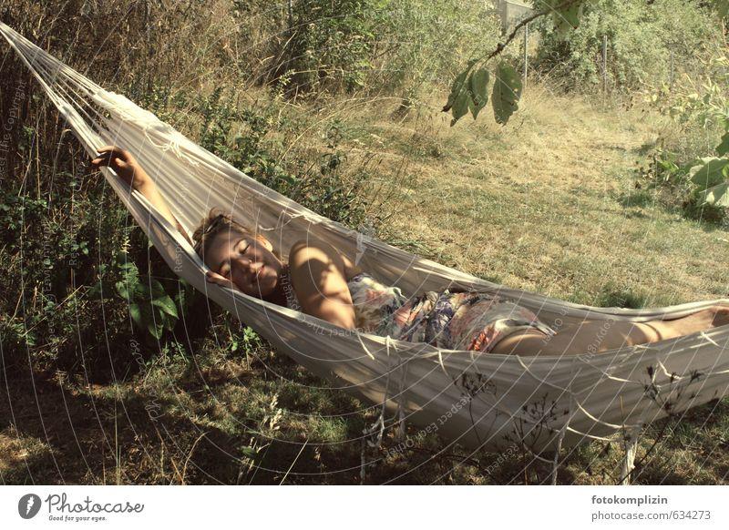 sommerträumen Mensch Natur Jugendliche Sommer Erholung Junge Frau ruhig 18-30 Jahre gelb Erwachsene Wärme Erotik Wiese feminin Glück Garten