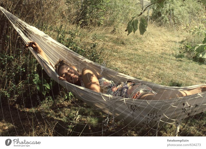 sommerträumen Wohlgefühl Erholung ruhig Sommer Garten Hängematte feminin Junge Frau Jugendliche 1 Mensch 18-30 Jahre Erwachsene Natur Schönes Wetter Wiese
