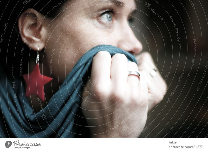 bibbern und bangen Mensch Frau blau Hand Gesicht Erwachsene Leben Traurigkeit Gefühle Stil Denken träumen Angst Lifestyle warten Hoffnung