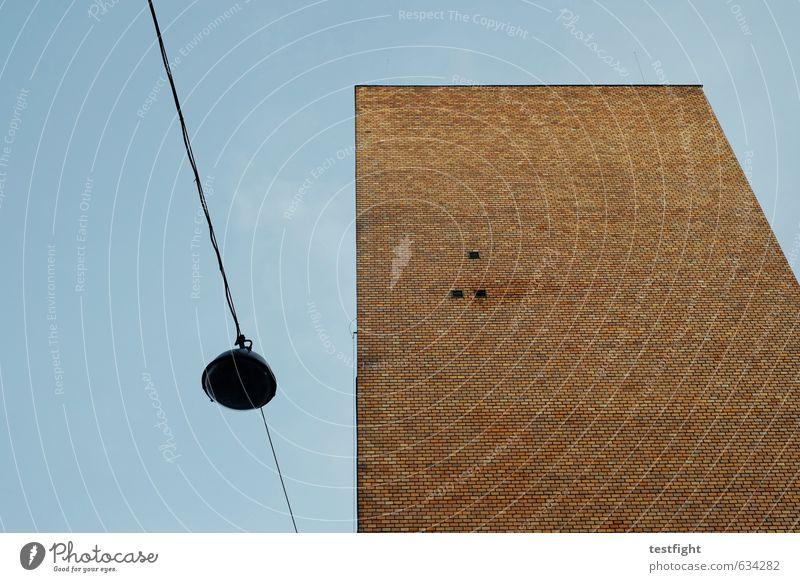 backstein Stadt Haus Mauer Wand Farbe Stimmung graphisch Straßenbeleuchtung Kabel Fassade Backstein gemauert Himmel (Jenseits) Klarheit Geometrie Farbfoto
