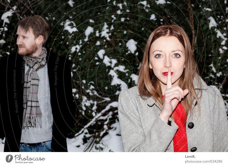 Psst! Winter Schnee Winterurlaub Paar Partner 2 Mensch fangen Blick Spielen frech Neugier verrückt grün rot Zusammensein Begierde ruhig Partnerschaft Liebe