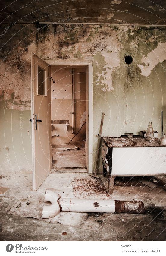 Nach dem Umzug alt Haus Wand Innenarchitektur Mauer Wohnung Tür trist kaputt Vergänglichkeit historisch Umzug (Wohnungswechsel) verfallen Wut Möbel