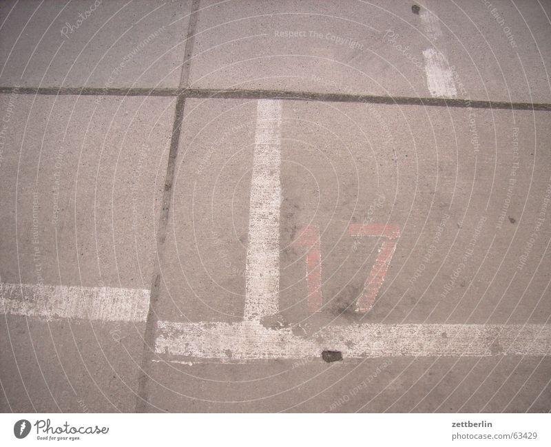 Mit 17 hat man noch Träume träumen Schilder & Markierungen Beton Verkehr Ziffern & Zahlen Verkehrswege Parkplatz Liebeskummer Fuge 17 Fahrbahnmarkierung
