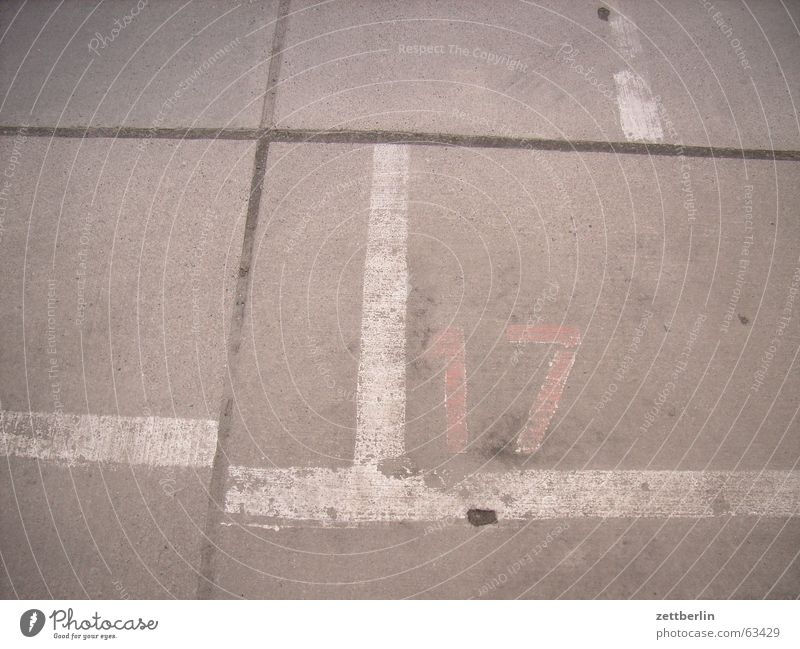 Mit 17 hat man noch Träume träumen Schilder & Markierungen Beton Verkehr Ziffern & Zahlen Verkehrswege Parkplatz Liebeskummer Fuge Fahrbahnmarkierung