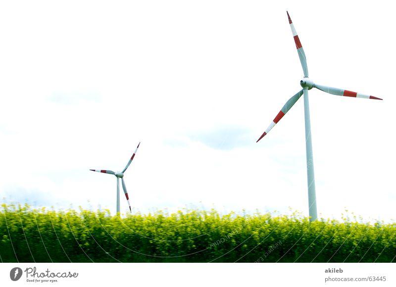 Windräder rot weiß 2 Zwilling grün Windkraftanlage Himmel Landschaft Energiewirtschaft