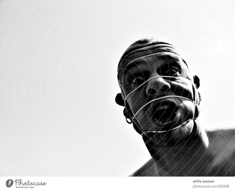 GEFANGEN Gesicht Falte trashig skurril Glatze Ohrringe Gummi gebunden Schwarzweißfoto Dreitagebart Gummiband