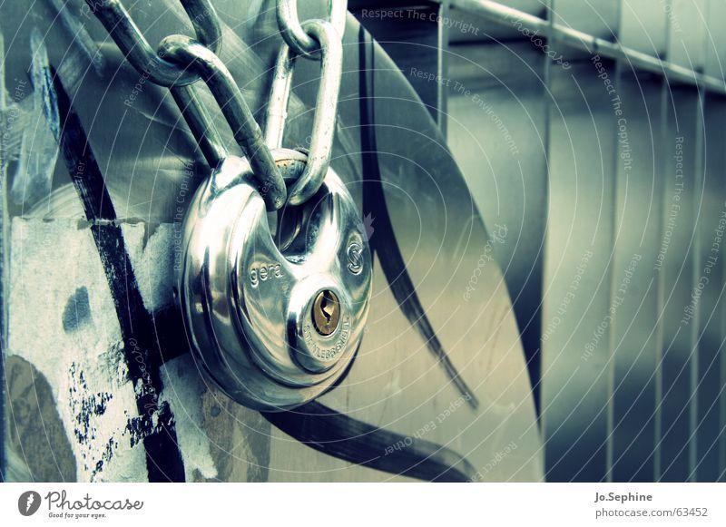 ausgesperrt II Metall glänzend geschlossen Dinge Sicherheit Metallwaren Stahl Schloss Gitter Detailaufnahme Zugang Datenschutz eingeschlossen Vorhängeschloss Kettenglied verschlüsselt