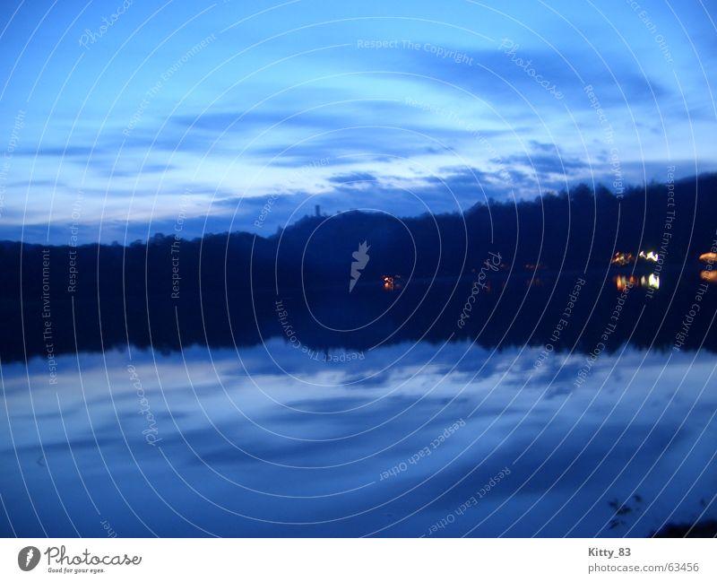 blauer Abend Farbfoto Außenaufnahme Reflexion & Spiegelung Panorama (Aussicht) Erholung ruhig Freiheit Berge u. Gebirge Wasser Himmel Wolken See Stimmung