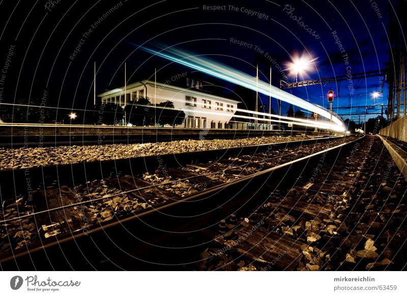 Nachtzug. 2! Eisenbahn Langzeitbelichtung Geschwindigkeit Licht lang anschaulich Beleuchtung blau bigway Himmel Erfolg Wind