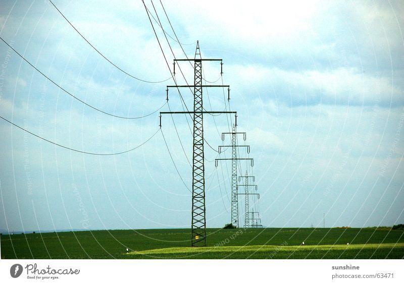 Unter Strom Elektrizität Strommast Wolken Feld Natur Himmel Kabel Metall tief