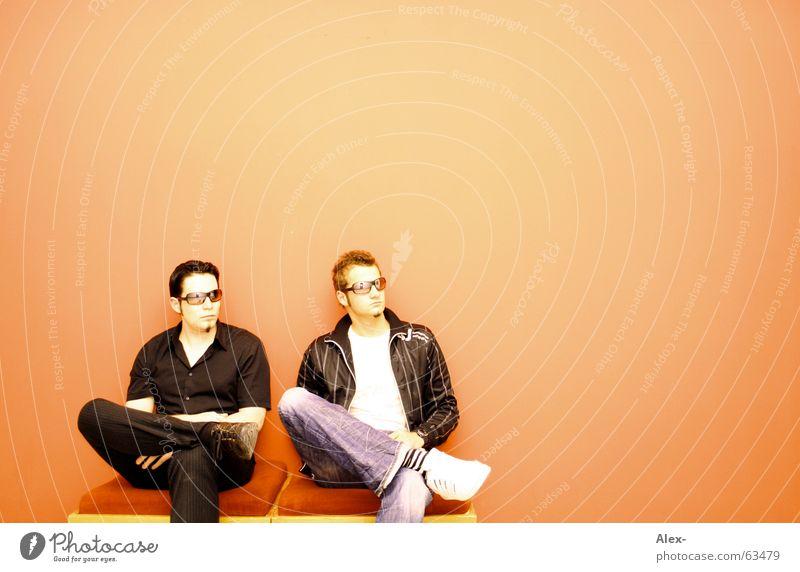 Der 9:42 müßte jeden Augenblick kommen Jugendliche schwarz Wand Wärme orange warten sitzen Coolness Brille Physik Sonnenbrille Verabredung hocken transferieren Verspätung versetzt