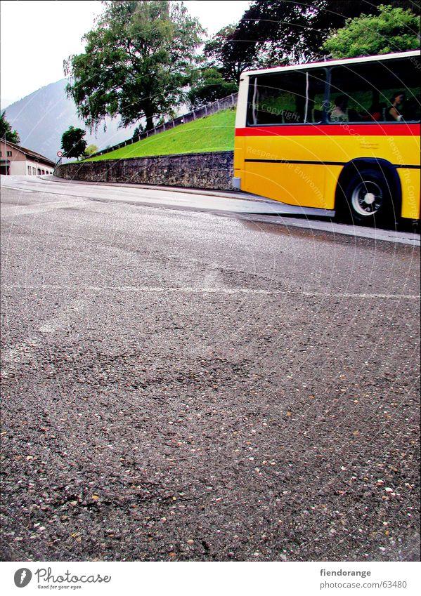 denk dra, lüt a gelb rot Schweiz Fernweh Baum Bus Alpen Berge u. Gebirge asphlat Straße Anschnitt abfahert Beginn Wege & Pfade