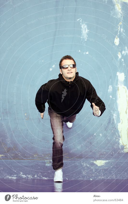 Eislauf-Pantomime Himmel Mann Jugendliche blau Sommer Winter Freude kalt Wand laufen Brille rennen Sonnenbrille Glätte hochlaufen