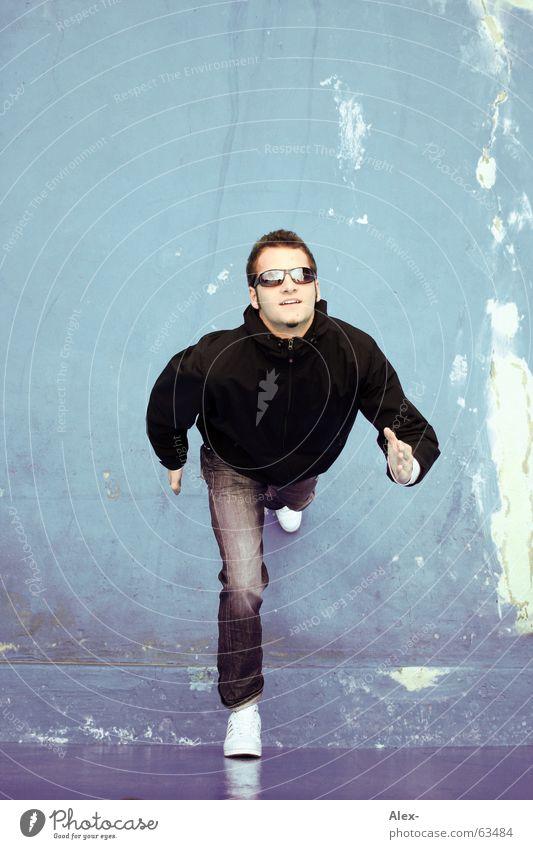Eislauf-Pantomime Wand hochlaufen Brille Sonnenbrille Freude Jugendliche Mann kalt Winter Sommer rennen Himmel spieglung Glätte athletik blau