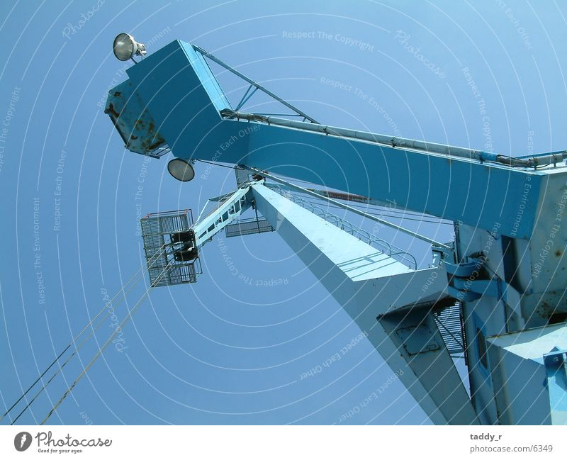 Kran Industrie blau hoch Perspektive Himmel