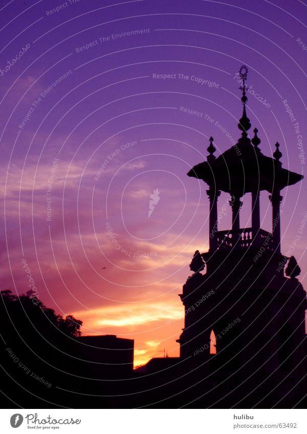 Watching the sun go down Sonnenuntergang violett Barcelona Spanien Turm Himmel türmschen Schatten hulibu