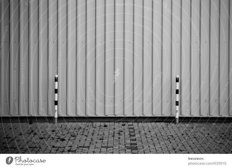 zwei(n)samkeit. Industrieanlage Mauer Wand Fassade Wege & Pfade Pfosten Stein Beton Metall Linie Enttäuschung Schwarzweißfoto Außenaufnahme Menschenleer