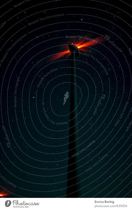Windrad und Sterne Umwelt Natur Landschaft überbevölkert Menschenleer Energie Erneuerbare Energie Farbfoto mehrfarbig Außenaufnahme Nacht Langzeitbelichtung
