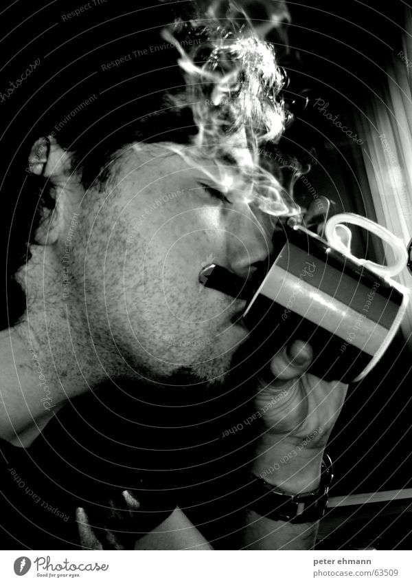 Perfect Breakfast - Coffee and Cigarettes Tasse Rauch trinken genießen heiß Geschmackssinn Koffein Hand Becher Mann Kaffee Wasserdampf Gesicht