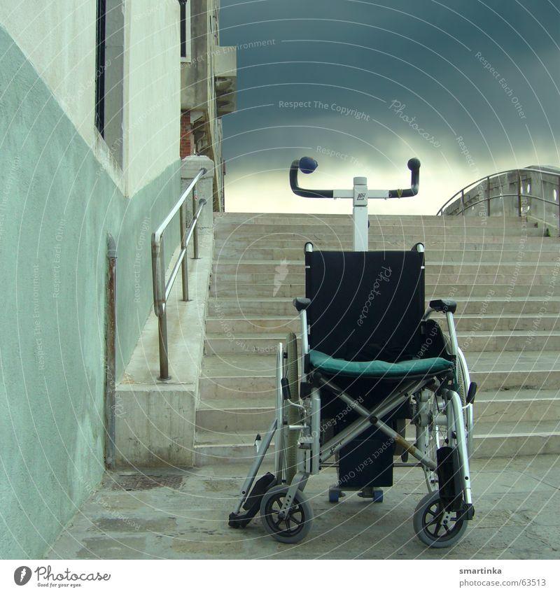 Der Himmel so nah alt Einsamkeit dunkel Wand Regen Angst Treppe Brücke Hilfsbereitschaft Müdigkeit Schicksal Behinderte Rollstuhl resignieren beenden