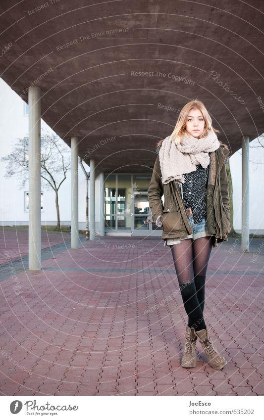 #635202 Lifestyle Stil Schule Studium Prüfung & Examen Frau Erwachsene Leben 1 Mensch Gebäude Mode Jacke Strümpfe Schal blond Denken stehen träumen warten