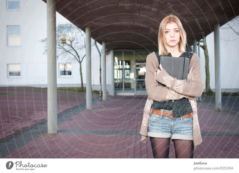#635204 Mensch Kind Jugendliche schön Junge Frau Leben Traurigkeit Gebäude Mode Schule trist 13-18 Jahre warten Buch beobachten Studium