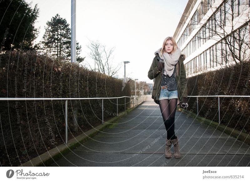 #635214 Stil Bildung Schule Studium lernen Jacke Strümpfe Schal Stiefel blond langhaarig stehen warten frei trendy einzigartig kalt schön selbstbewußt Neugier